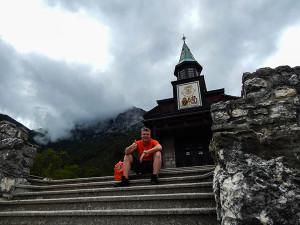 Tobi bei der Heiliggeist Gedenkkirche Javorca