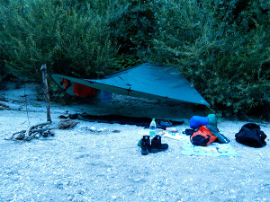 Nachtlager am Flussufer der Soca
