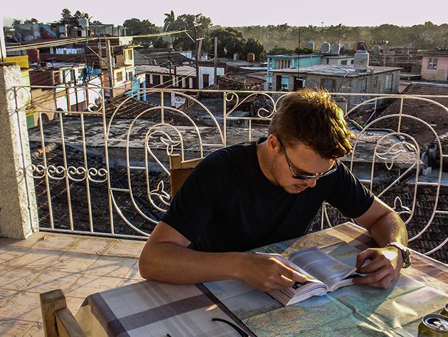 Kuba Rundreise - Tobi bei der Reiseplanung in Bayamo