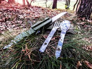 Outdoor Essen Essbesteck - Messer, Gabel und Löffel in der Einzelansicht im Wald