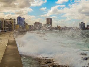Kuba Rundreise - Havanna - Der Malecón bei rauer See